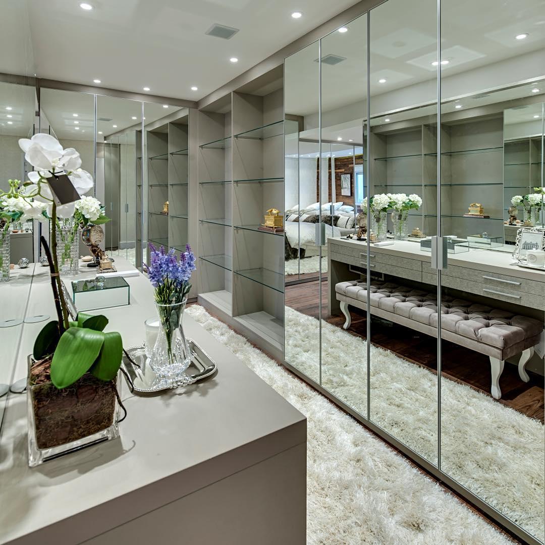Closet desejo com frentes em espelho e prateleiras em vidrohellip
