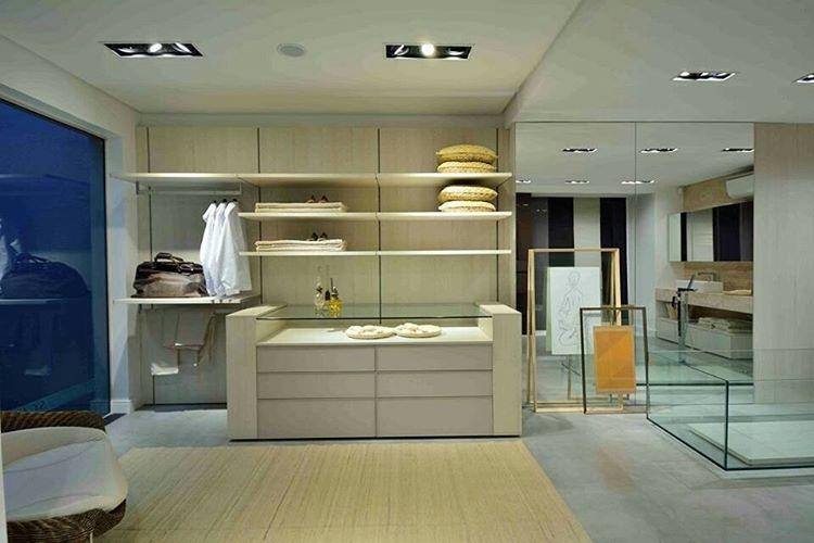 Um closet aberto e integrado  sala de banho hellip