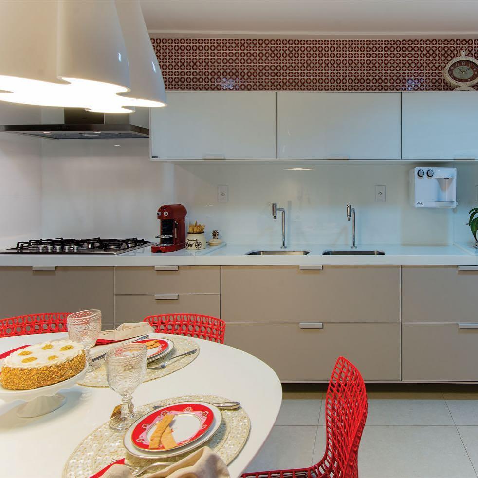 Visual refinado e clean uma cozinha que foge do totalhellip