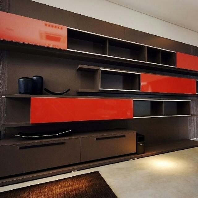 O tom Corallo usado como detalhe em um projeto sóbrio faz bonito neste espaço da marca S.C.A.