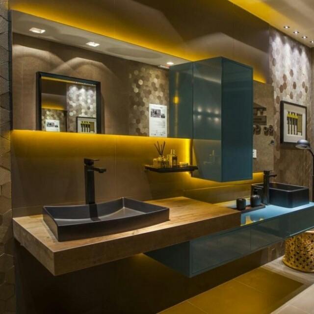 Os armários no tom vibrante de Verde Lago S.C.A. diferenciam o Banho dos Sonhos, da Casa Cor® Brasília, um projeto que sai do lugar comum.