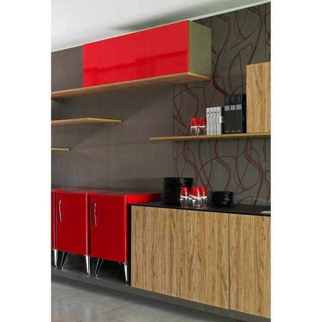 O vermelho é irreverente e deixa seu ambiente cheio de personalidade. Para não usar em demasia, uma boa ideia é combinar essa cor com revestimentos amadeirados.