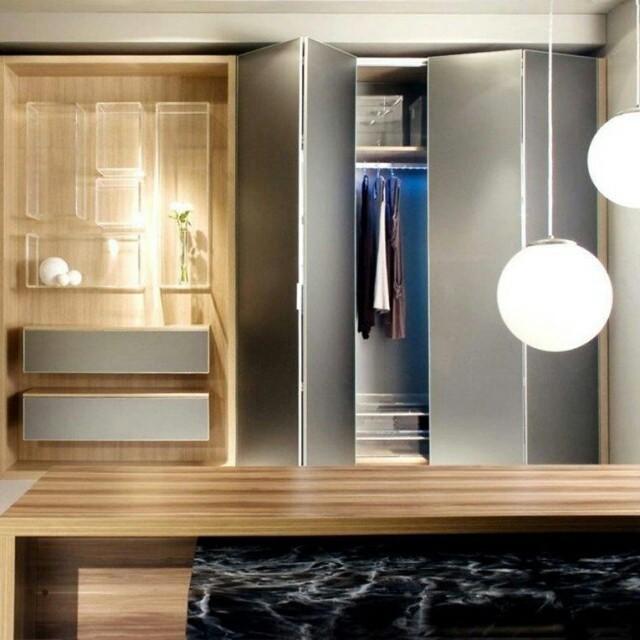 Um closet funcional é essencial para uma rotina organizada, e os acessórios internos S.C.A. ajudam você a manter suas peças no devido lugar.