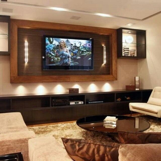 Uma sala de TV pede uma ambientação aconchegante como essa. A iluminação também é importante para deixar os momentos ainda mais confortáveis.