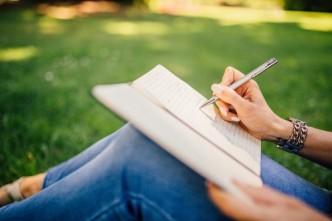 mulher-escreve-caderno-caneta