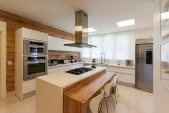 decoracao-cozinha-planejada-cozinha-grande-com-coifa-de-aluminio-janninisagarraarquitetura-55165-proportional-height_cover_medium