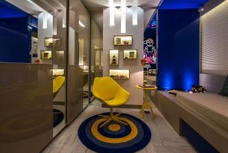 Um espaço de menino moderno que traz uma mescla de revestimentos bem escolhidos, além de funções bem definidas. Crédito: Bia Beltrão