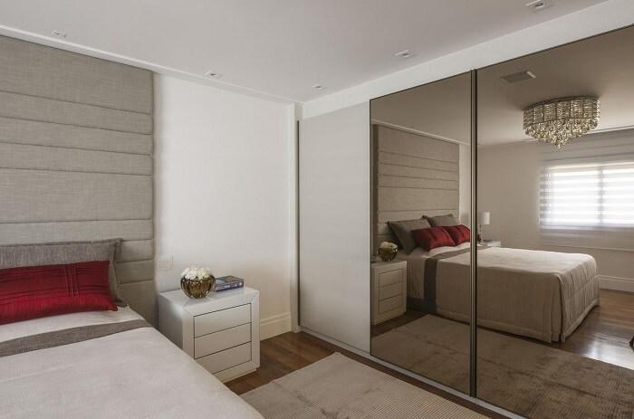 Guarda roupa com porta espelhada – Érica Salgueiro https://www.vivadecora.com.br/foto/65384/quarto-de-casal-com-guarda-roupa-espelhado