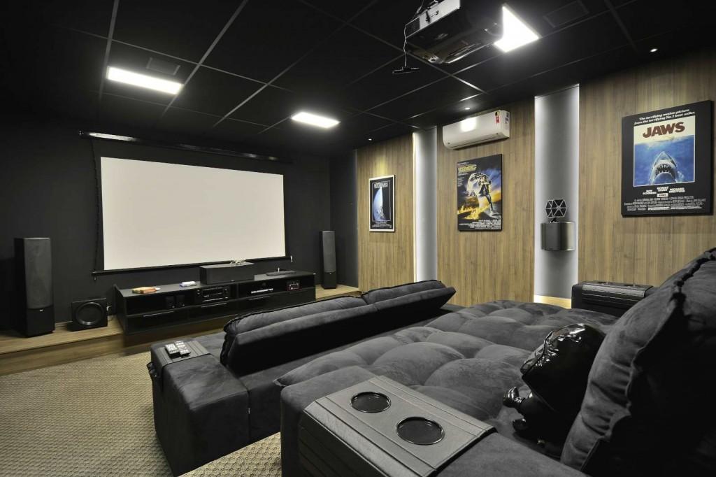 O cinema em casa de um jeito formidável, planejado e idealizado para cinéfilos de plantão com mobiliário e painéis fornecidos pela grife S.C.A. Crédito: Eduardo Liotti