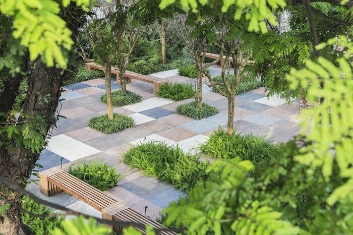 Alex Hanazaki https://www.vivadecora.com.br/foto/142924/jardim-com-piso-de-porcelanato-e-banco-de-madera