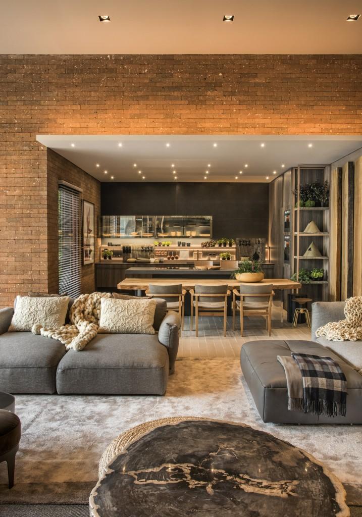 A arquiteta Ana Mähler soube trazer um mobiliário de destaque para este living. O mesmo móvel concentra a lareira, apoio para televisão e equipamentos de áudio, e até, local para os pets. Execução: S.C.A. Porto Alegre (RS)