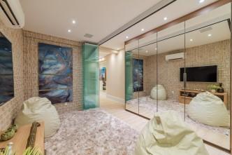 A Arquiteta Carla Felippi criou para este cômodo este projeto de armário com quatro portas batentes, note como o móvel com frentes em espelho se encarrega de ampliar o cômodo. Execução: S.C.A. Santos (SP). Créditos: Henrique Ogata