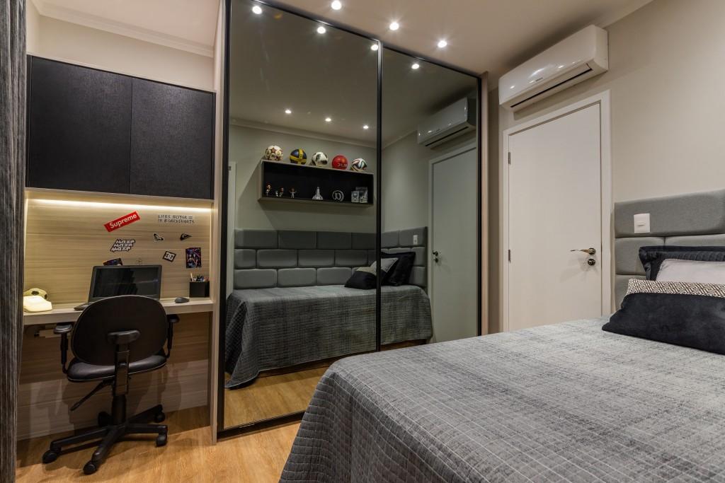 A arquiteta Marília Costa também sugeriu o armário com frentes em espelho, uma maneira de trazer mais leveza e transmitir a amplitude necessária para o quarto do rapaz. Execução: S.C.A. Santos (SP). Créditos: Henrique Ogata